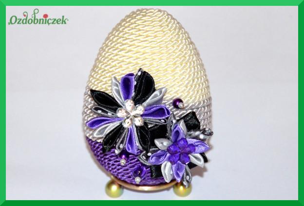 Jajko ozdobione sznurkiem i kwiatkami z tasiemek