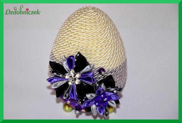 gotowe jajko ozdobione sznurkiem i kwiatkami z tasiemek