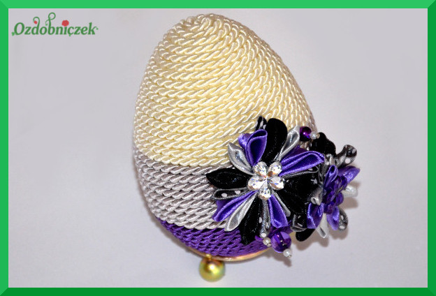 gotowe jajko ozdobione sznurkiem i kwiatkami z tasiemek 3