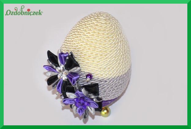 gotowe jajko ozdobione sznurkiem i kwiatkami z tasiemek 4