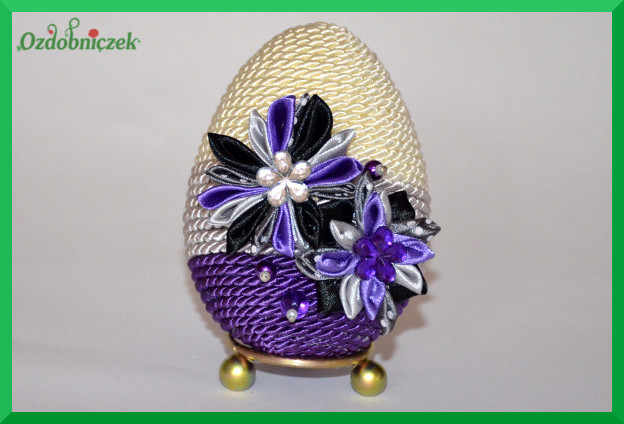 gotowe jajko ozdobione sznurkiem i kwiatkami z tasiemek 5