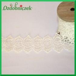 Biała koronka na drewnianej szpuli-GIPIURA