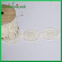 Biała koronka na drewnianej szpuli-ROZETA