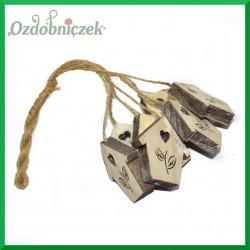 Zawieszka drewniana na sznurku jutowym – 7 szt DOMKI